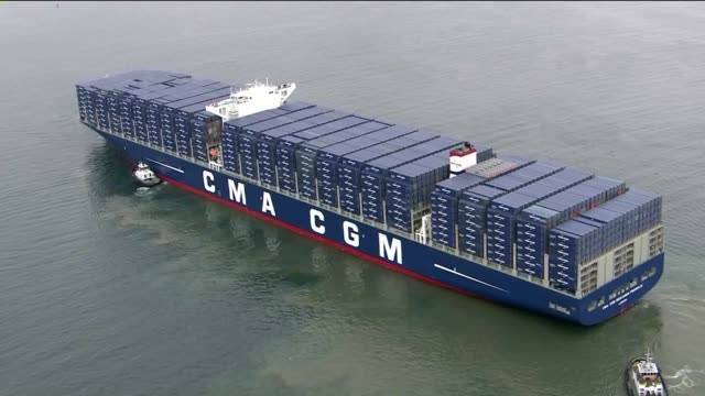 vídeos y material grabado en eventos de stock de benjamin franklin described as one of the largest container ship to reach us ports it has arrived in long beach bringing goods from china - benjamín franklin