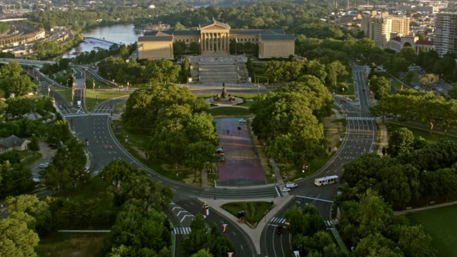 aerial benjamin franklin parkway and the philadelphia museum of art - philadelphia pennsylvania stock videos & royalty-free footage