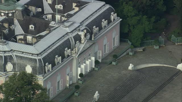 vidéos et rushes de aerial zo benrath castle near dusseldorf, north rhine-westphalia, germany - style du xviiième siècle