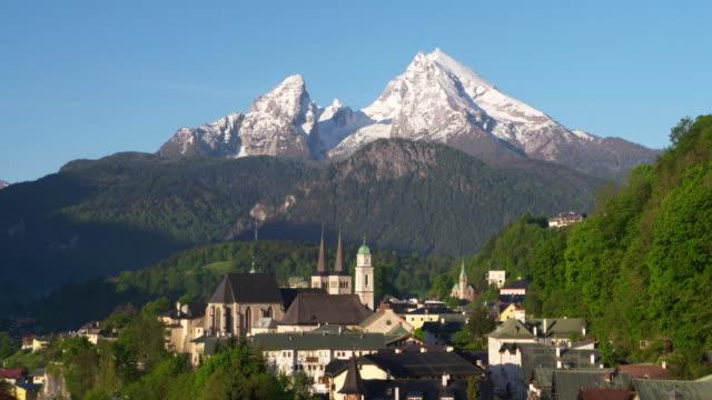 berchtesgaden against the watzmann mountain (2713m). berchtesgaden, watzmann, upper bavaria, bavaria, germany - ベルヒテスガーデナーランド点の映像素材/bロール