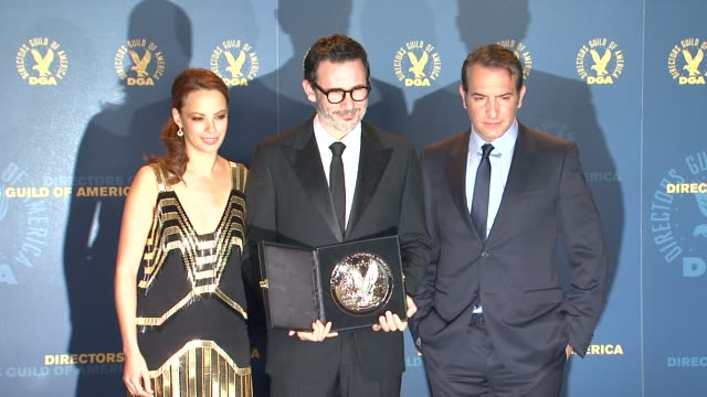 vídeos de stock, filmes e b-roll de berenice bejo, michel hazanavicius, jean dujardin at 64th annual dga awards - press room on 1/28/12 in los angeles, ca. - jean dujardin