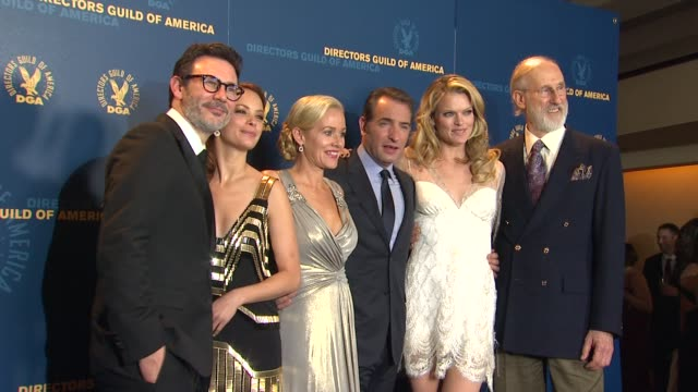 vídeos de stock, filmes e b-roll de berenice bejo, michel hazanavicius, penelope ann miller, jean dujardin, missi pyle, james cromwell at 64th annual dga awards - press room on 1/28/12... - jean dujardin