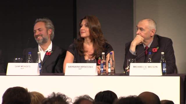 vídeos de stock, filmes e b-roll de berenice marlohe javier bardem naomie harris dame judi dench daniel craig sam mendes barbara broccoli and michael g wilson at the bond 23 launch... - daniel craig ator