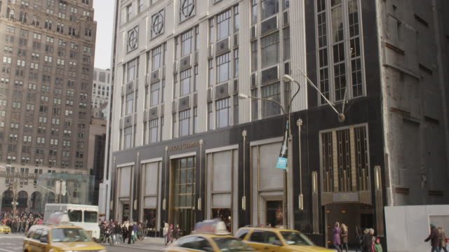stockvideo's en b-roll-footage met bergdorf goodman, nyc with holiday shoppers - d day