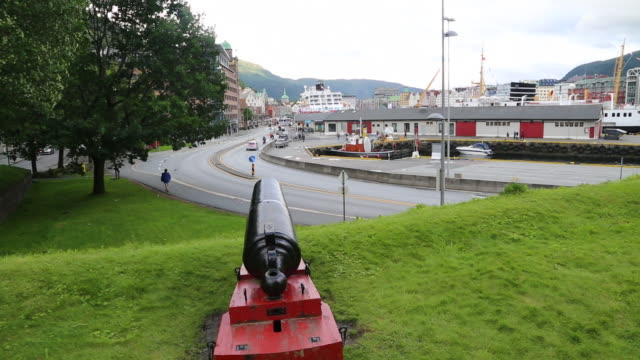Bergen, Canon in the Bergenhus castle and the Floyen harbor in the background