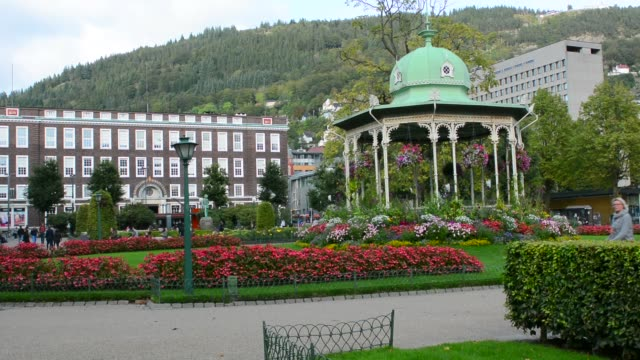 vídeos de stock, filmes e b-roll de bergen norway music pavillion colorful gazebo with flowers in downtown with rikstelegraf and rikstelefon building in background - gazebo