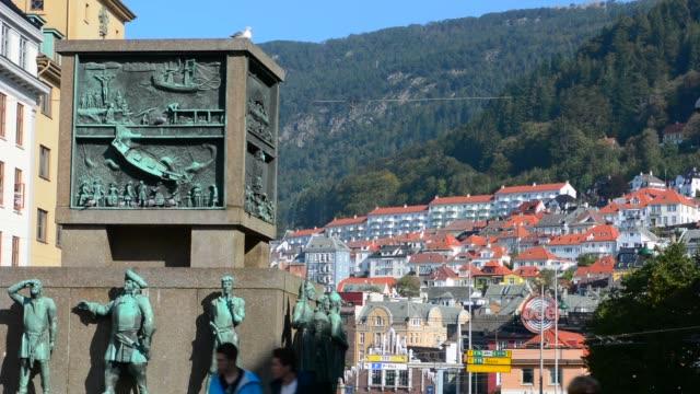 vídeos de stock e filmes b-roll de bergen norway walking street torgallmenningen with landmark sailors monument and fountain n downtown - figura masculina