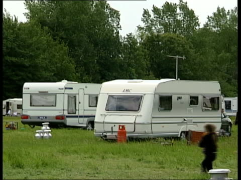 travellers lib berkshire eton ext gypsy encampment on eton college playing fields pan caravans of travellers and children running across vox pops sot - eton berkshire stock videos and b-roll footage
