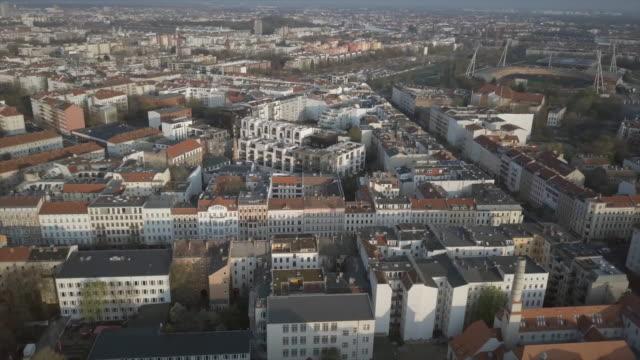 berlin aerial shot flying forward - ベルリン点の映像素材/bロール