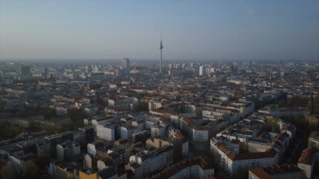 vídeos de stock e filmes b-roll de berlin aerial shot with tv tower - berlim