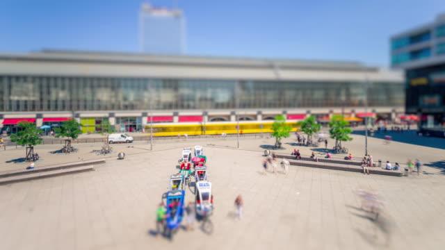 vídeos y material grabado en eventos de stock de berlin alexanderplatz summer day with citylife and tilt shift look timelapse - tilt shift