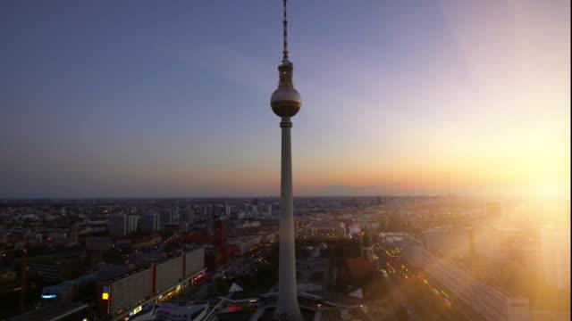 berlin alexanderplatz mit fernsehturm bei sonnenuntergang - sunset stock-videos und b-roll-filmmaterial