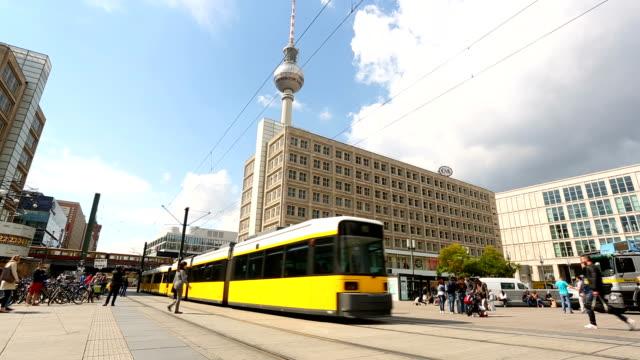 vídeos de stock, filmes e b-roll de berlin alexanderplatz com a torre de tv, realtime - bonde