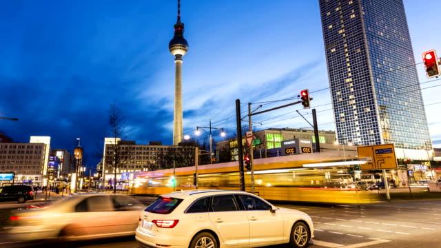 berlin alexanderplatz mit fernsehturm, zeitraffer - straßenverkehr stock-videos und b-roll-filmmaterial