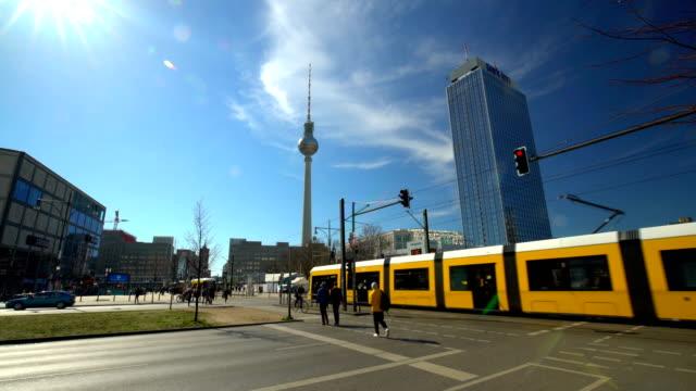 vídeos de stock, filmes e b-roll de berlin alexanderplatz com a torre de televisão, lpase de tempo - ponto turístico internacional