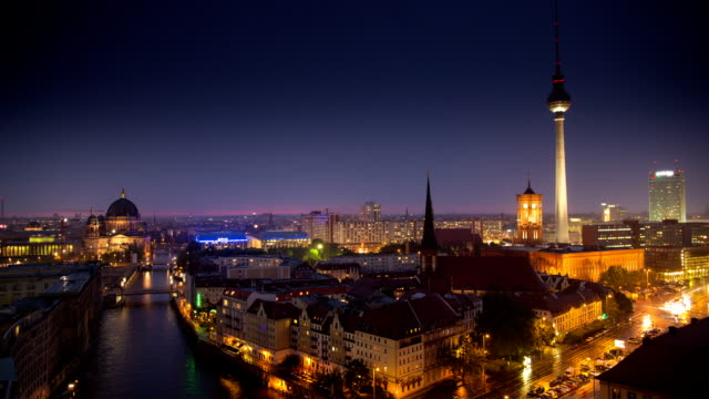 time lapse: berlin at night - river spree stock videos & royalty-free footage
