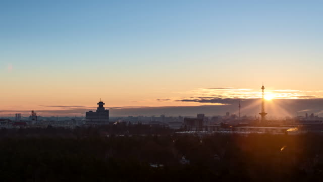 berlin at sunrise in spring - sonnenaufgang stock-videos und b-roll-filmmaterial