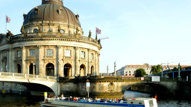 vídeos y material grabado en eventos de stock de berlin bode museum on spree river (4k/uhd to hd). - centro de berlín