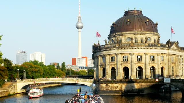 Berlin Bode-Museum auf der Spree (4 k UHD zu/HD)
