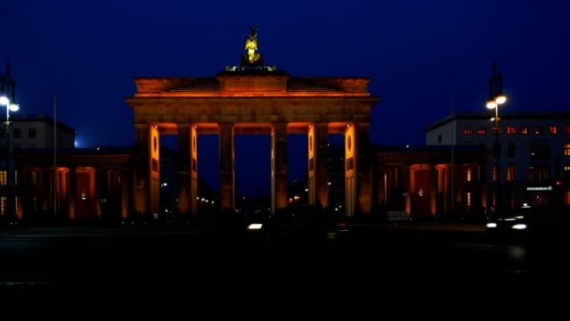 berlin brandenburg gate and ebertstrasse at night (4k/uhd to hd) - ベルリン点の映像素材/bロール