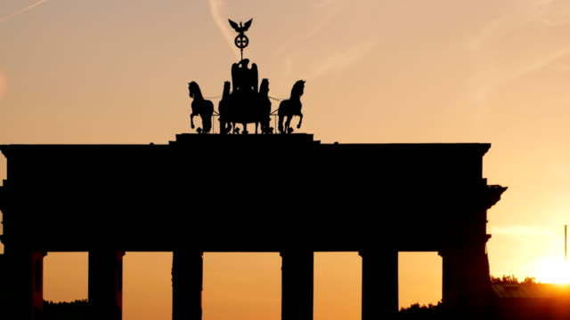 vídeos de stock e filmes b-roll de pan berlin brandenburg gate at sunset (4k/uhd to hd) - berlim