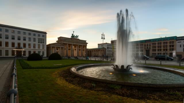 stockvideo's en b-roll-footage met berlin brandenburg gate at sunset - brandenburgse poort