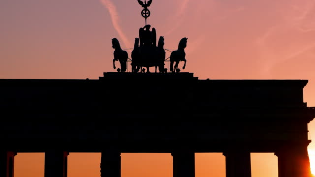 stockvideo's en b-roll-footage met berlin-brandenburger tor at sunset - brandenburgse poort