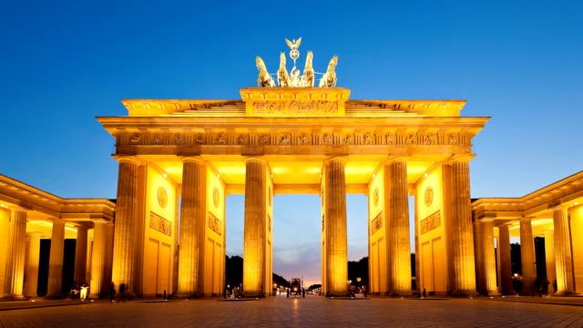 stockvideo's en b-roll-footage met berlin brandenburg gate dusk timelapse - brandenburgse poort