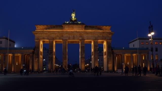 Berlin Brandenburger Tor aus dem Westen in der Nacht