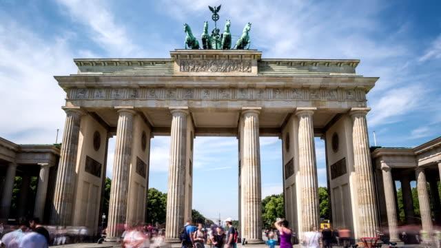 stockvideo's en b-roll-footage met berlin brandenburg gate hyperlapse - brandenburgse poort