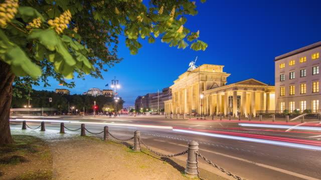 stockvideo's en b-roll-footage met berlin brandenburg gate modern dynamic summer night timelapse with traffic - brandenburgse poort