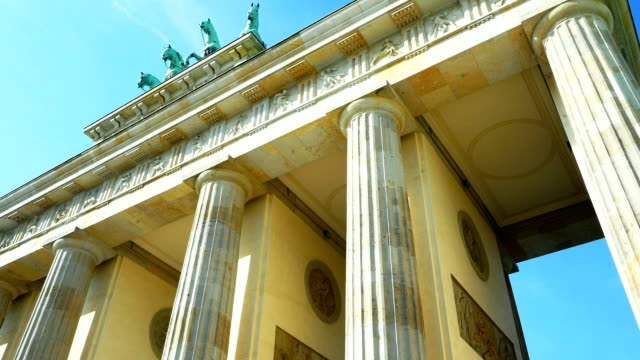 berlin brandenburg gate schwenk nach oben - architrav stock-videos und b-roll-filmmaterial