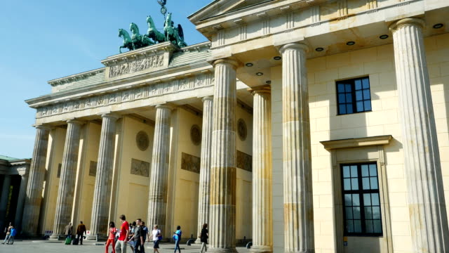 pan berlin brandenburg gate (4 k uhd zu/hd) - architrav stock-videos und b-roll-filmmaterial