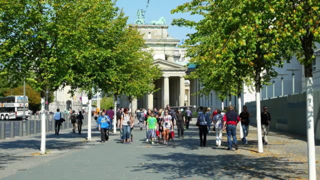 berlin brandenburg gate viewed from ebertstrasse - von bäumen gesäumt stock-videos und b-roll-filmmaterial