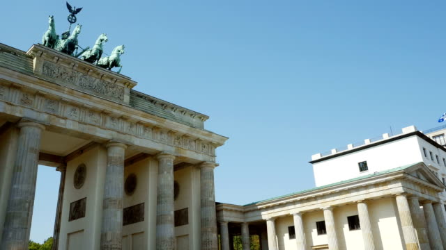 pan berlin brandenburger tor und haus liebermann (4 k uhd zu/hd) - architrav stock-videos und b-roll-filmmaterial