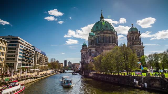berlins katedral och floden spree - tyskland - dom bildbanksvideor och videomaterial från bakom kulisserna