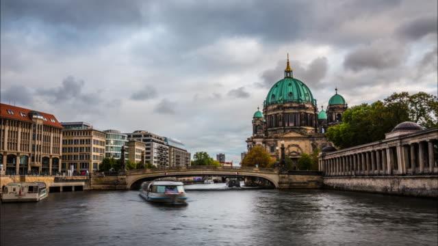 vídeos y material grabado en eventos de stock de lapso de tiempo de la catedral de berlín y el río spree - centro de berlín