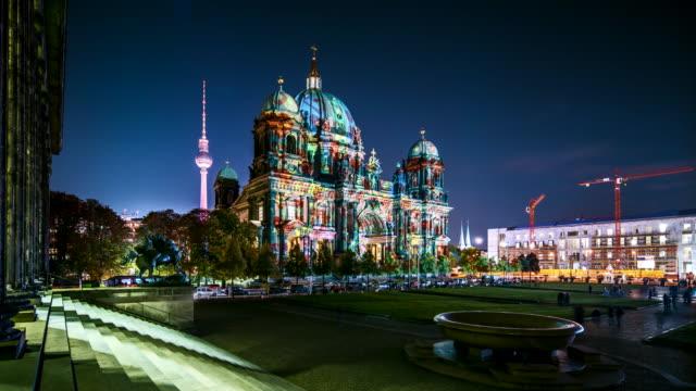 berlin cathedral at festival of lights in timelapse - dom bildbanksvideor och videomaterial från bakom kulisserna
