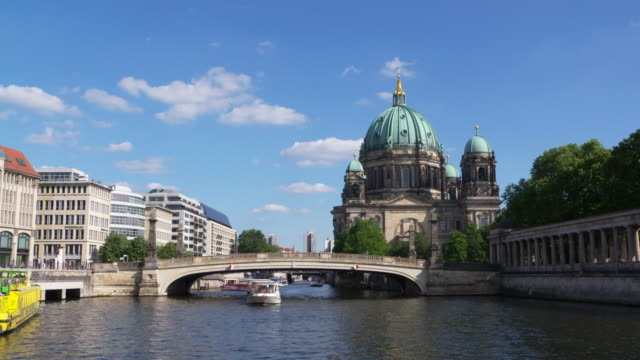 berlin cathedral with boats on spree river in foreground. cathedral, spree river, berlin, germany. - スプリー川点の映像素材/bロール