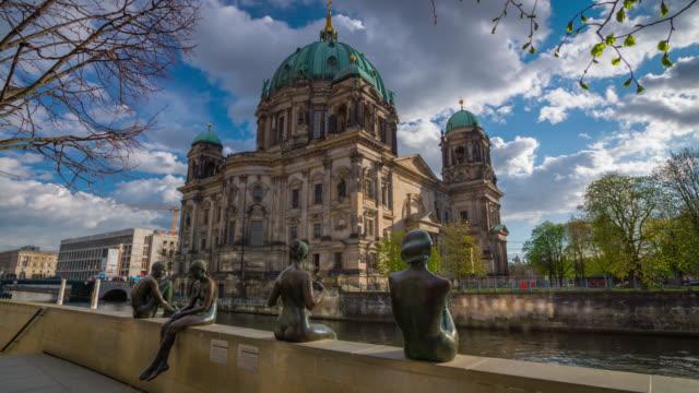 vídeos y material grabado en eventos de stock de catedral de berlín con estatuas históricas en el plano - centro de berlín