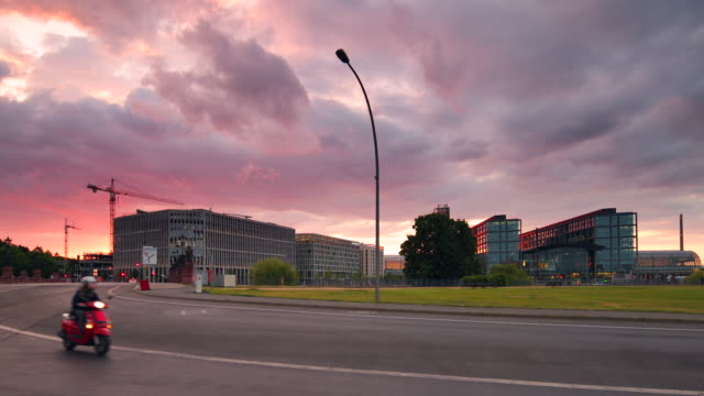 berlin central station in summer with traffic and dramatic sunset sky - 列車の車両点の映像素材/bロール