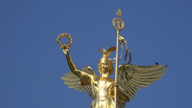 berlin cinemagraphs, golden angel on victory monument with birds - statue stock-videos und b-roll-filmmaterial