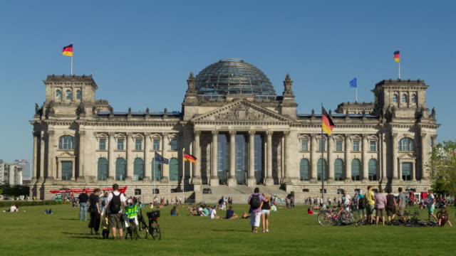 Berlin Cinemagraphs, Reichstag with tourists