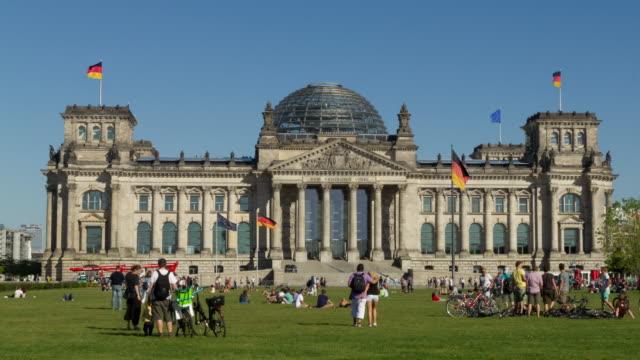 vídeos de stock, filmes e b-roll de berlin cinemagraphs, reichstag with tourists - edifício do parlamento