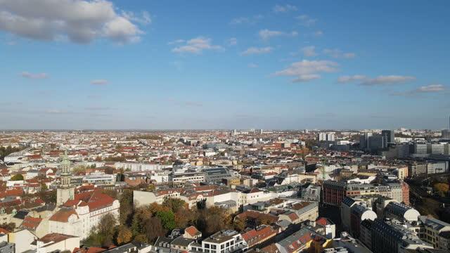 空中からベルリン市内中心部 - アレクサンダープラッツ点の映像素材/bロール