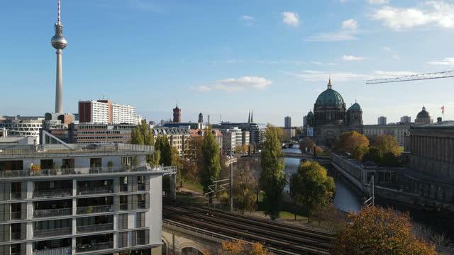 berliner innenstadt aus der luft - kathedrale stock-videos und b-roll-filmmaterial