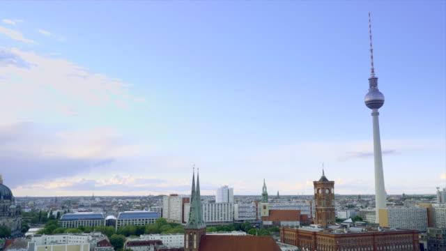 berlin stadssilhuett med det ikoniska tv-tornet och floden spree - rathaus bildbanksvideor och videomaterial från bakom kulisserna