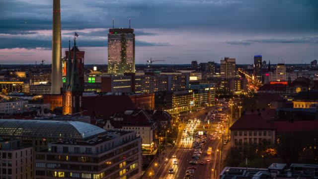 vídeos de stock, filmes e b-roll de rua na noite da cidade de berlim, alemanha - berlim