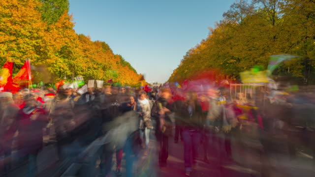 berlin demonstration dynamic motion timelapse with long exposure and zoom - demonstrant stock-videos und b-roll-filmmaterial