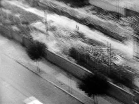 vídeos de stock e filmes b-roll de berlin divided by berlin wall / cold war / germany / newsreel - 1961